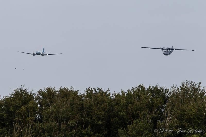 25 september 2016. De komst van de DC3 wordt welkom geheten door de Catalina.