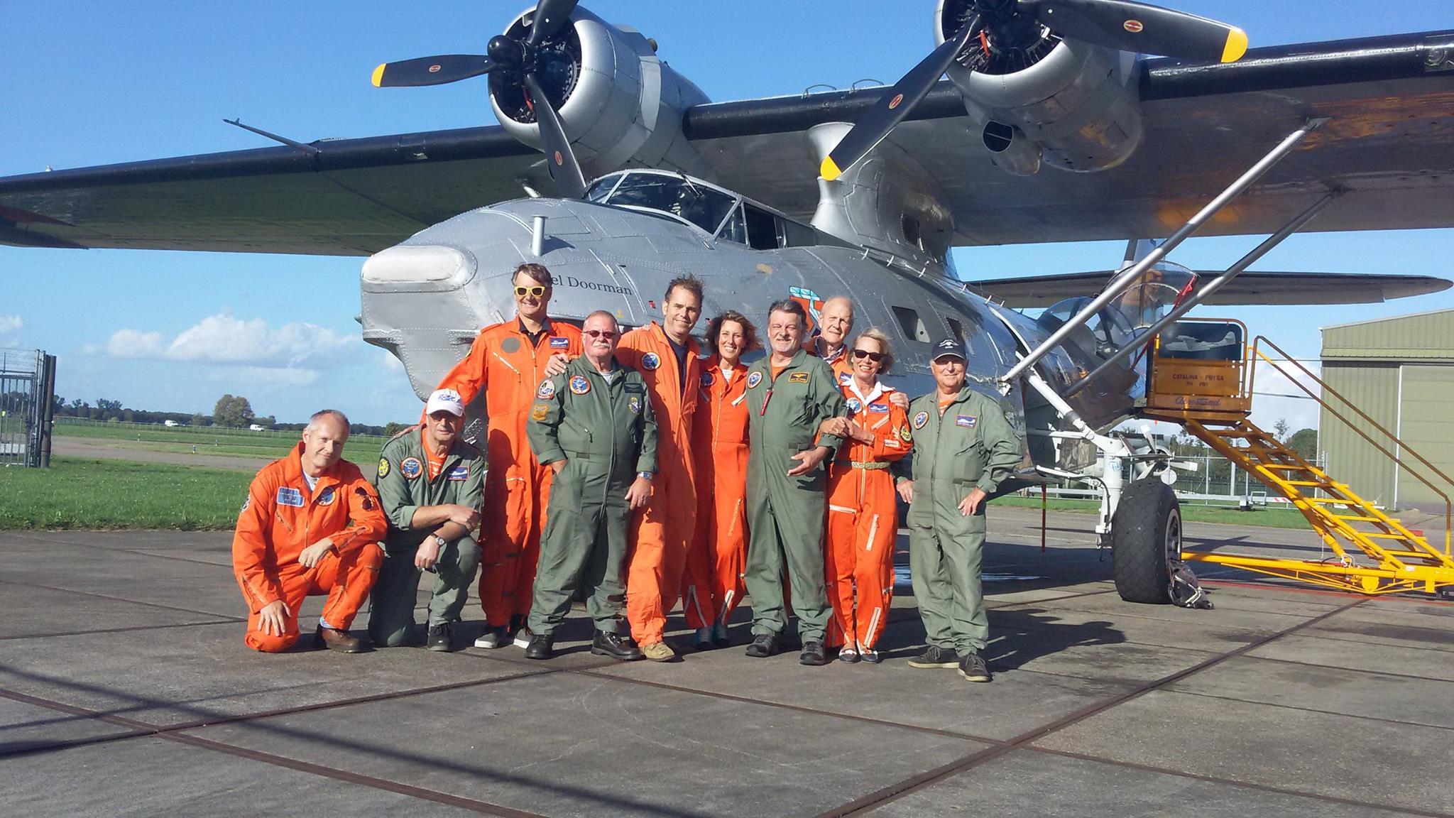 Laatste vluchten 2016. De twee bemanningen met grondpersoneel van die dag.